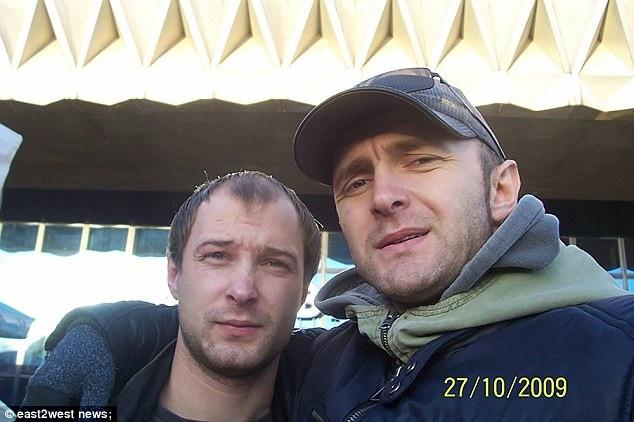 Nghệ sĩ xiếc người Nga Anton Martynov (trái) thường biểu diễn các tiết mục đu dây với người anh em song sinh Roman (phải).