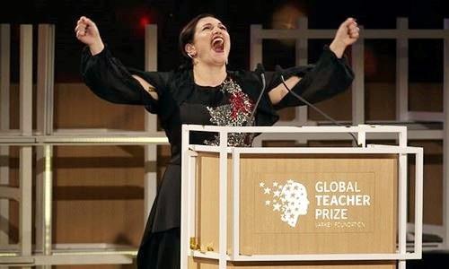 Khoảnh khắc cô Andria Zafirakou nhận giải Giáo viên giỏi nhất thế giới năm 2018 tại Dubai (Ảnh: AP).