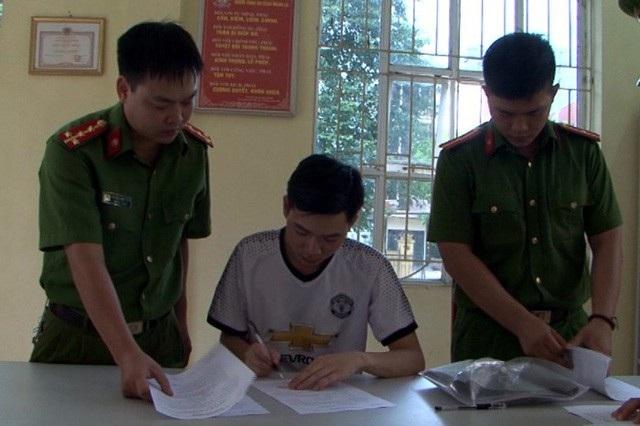 Bị can Hoàng Công Lương (áo trắng)