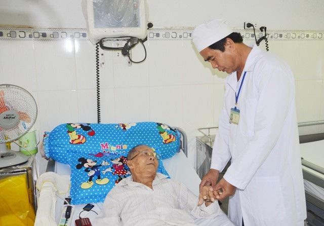 Bác sĩ Hà đang khám cho một bệnh nhân.
