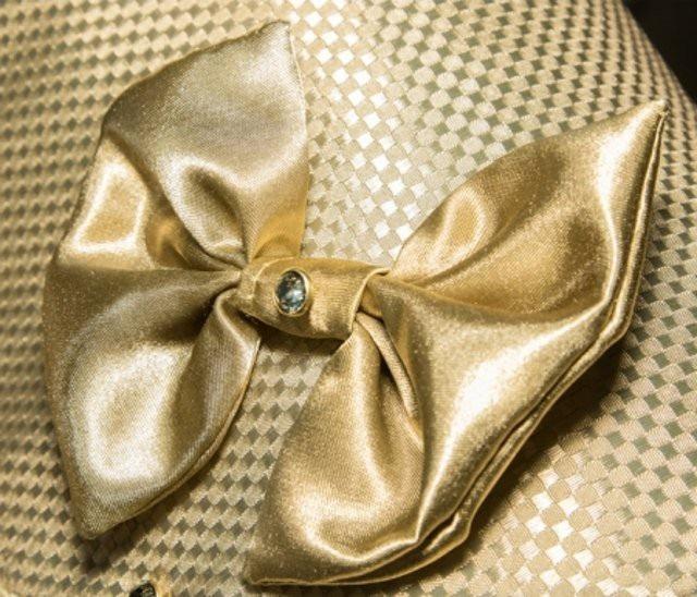 Áo được dệt từ những sợi nano vàng và đính pha lê Swarovski hoặc kim cương đen
