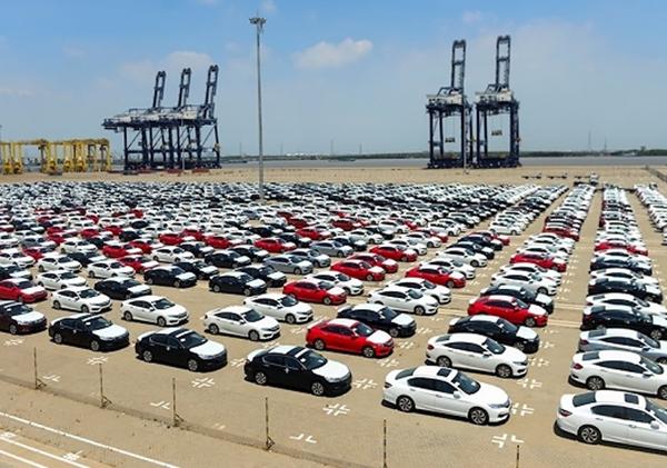 Lô xe của Honda tại cảng Hiệp Phước đã sẵn sàng đến tay người tiêu dùng. Trong số 1.054 chiếc này, có 577 chiếc CR-V, 320 chiếc Civic, 112 chiếc Jazz và 45 chiếc Accord