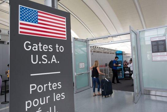 Tấm biển thông báo khu vực kiểm tra an ninh dành cho hành khách tới Mỹ tại sân bay ở Toronto, Canada (Ảnh: TORSTAR News)