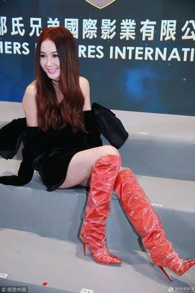 Nữ diễn viên thế hệ 6x của màn ảnh Hồng Kong rất tự tin và gợi cảm bên cạnh những đồng nghiệp trẻ trung hơn.