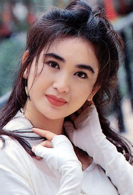 Ôn Bích Hà sinh năm 1966, được mệnh danh là bông hồng lửa màn ảnh Hồng Kong nhờ vẻ ngoài quyến rũ và diễn xuất gai góc. Thời trẻ, cô được báo chí gọi là một trong những đại mỹ nhân của làng giải trí Hồng Kong.