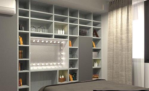 Chiếc tủ lớn để sách, nến và những đồ dùng trang trí và cũng gắn luôn bàn trang điểm trong đó.