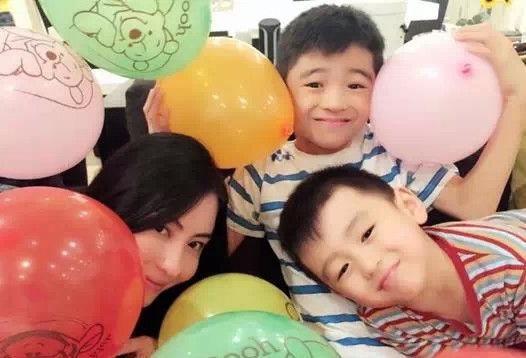 Bá Chi hạnh phúc bên hai cậu con trai đáng yêu, điển trai. Ba mẹ con thường xuyên đi du lịch, đón sinh nhật bên nhau.