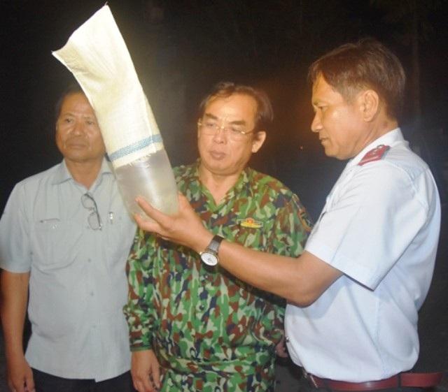 Chủ tịch tỉnh Bạc Liêu Dương Thành Trung (giữa) cùng lãnh đạo Sở NN&PTNT kiểm tra tôm giống. (Ảnh: CTV)
