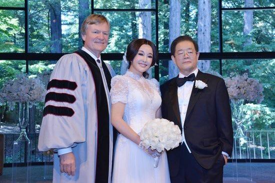 Lưu Hiểu Khánh kết hôn cùng doanh nhân Vương Hiểu Ngọc năm 2013
