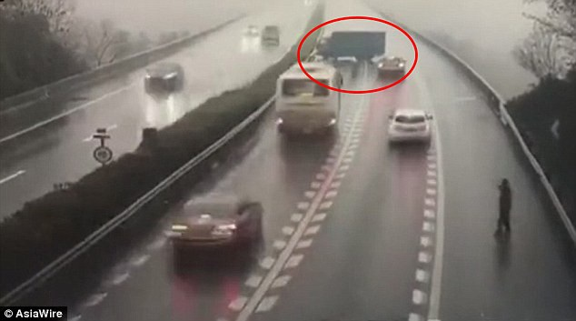 Chiếc xe tải ngang nhiên quay đầu trên cao tốc. (Ảnh: AsiaWire)