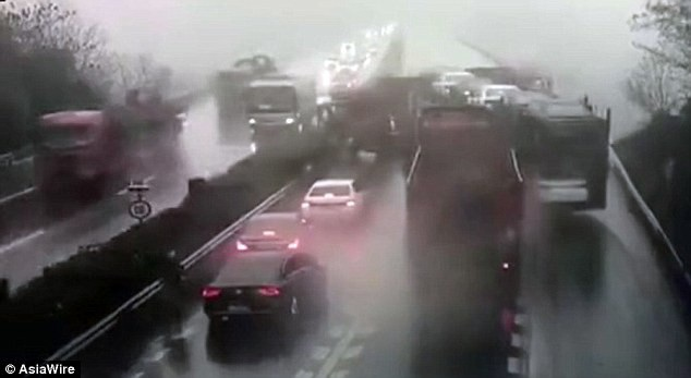Khung cảnh hỗn loạn do đâm xe liên hoàn sau cú quay đầu mạo hiểm của tài xế xe tải. (Ảnh: AsiaWire)
