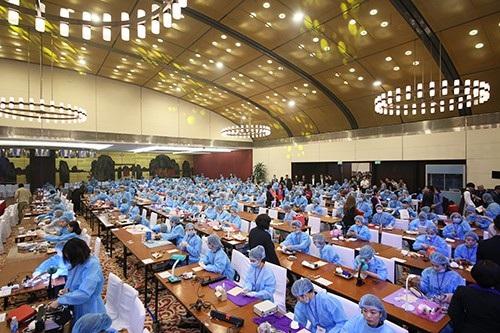 Các thí sinh tham dự chương trình giao lưu thể hiện tay nghề Đại hội Thẩm mỹ Quốc tế 2018.