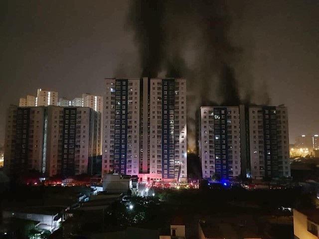 Cháy chung cư Carina Plaza ở quận 8 vào rạng sáng nay khiến 13 người tử vong, 28 người bị thương (ảnh Trương Nhân)