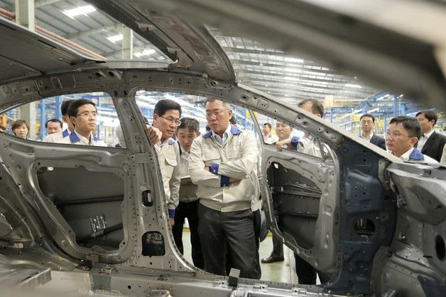 Phó Chủ tịch của Hyundai Motor - Euisun Chung tại nhà máy của Hyundai ở Việt Nam năm 2017