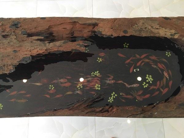 Bức tranh cá được vẽ trên nền gỗ sơn huyết, sâu lòng 30cm