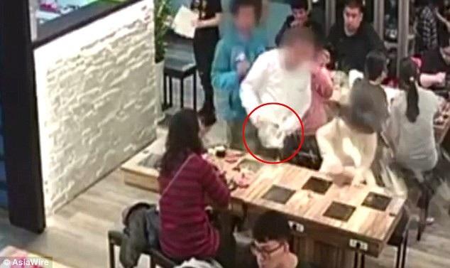 Giây phút nạn nhân bị hất nước sôi vào mặt vì lỡ chạm tóc vào người ngồi cạnh (Ảnh: Asiawire)