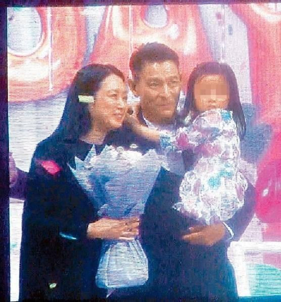 Một bức ảnh hiếm hoi chụp được đầy đủ gia đình nhỏ ba thành viên nhà Lưu Đức Hoa.