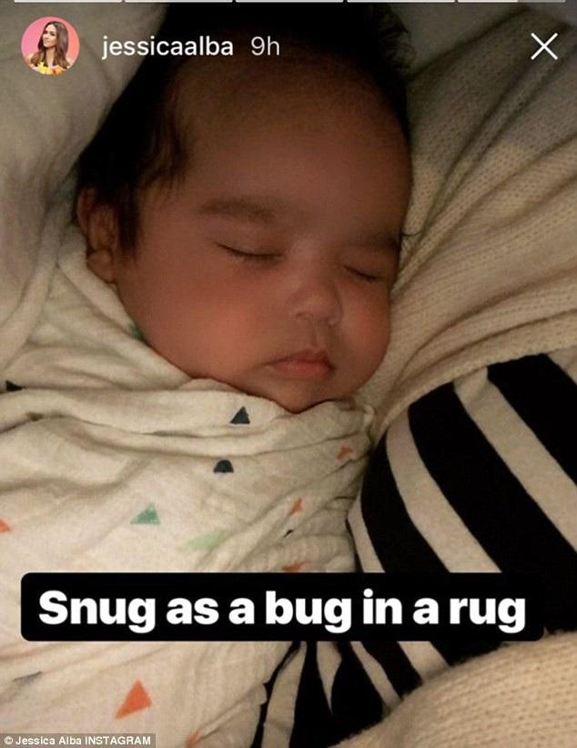 Fans hết lời khen con trai của Jessica Alba dễ thương khi cô khoe ảnh con trên trang Instagram. Bé Hayes sắp được 3 tháng tuổi và sở hữu nhiều nét đẹp của bố mẹ.