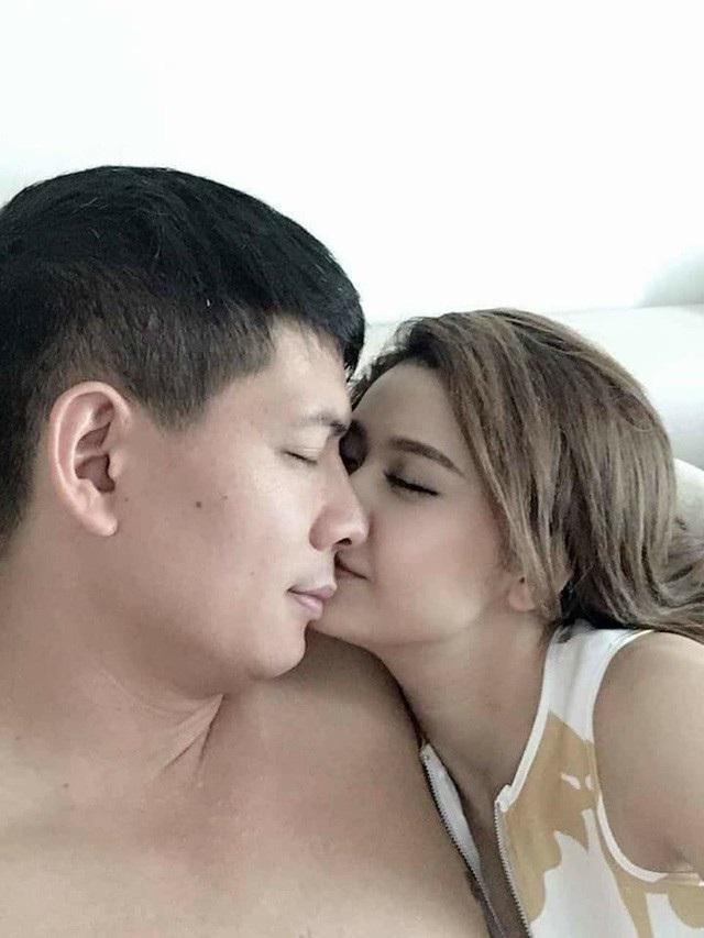 Bức ảnh khá tình tứ của MC Bình Minh và nữ ca sĩ Trương Quỳnh Anh.