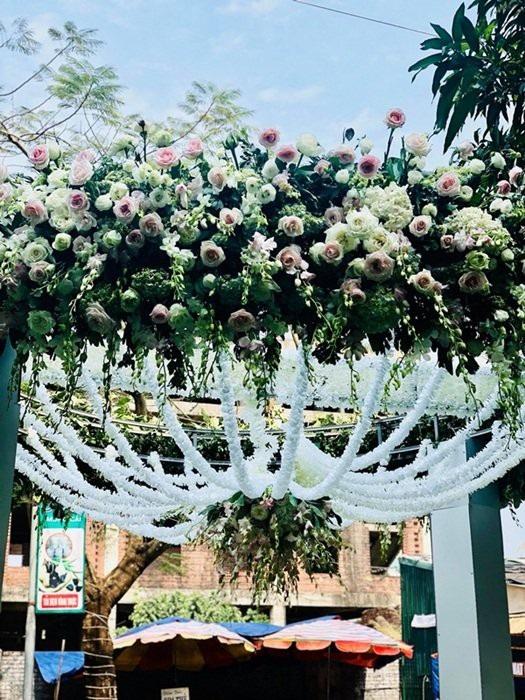 Cổng cưới được kết bằng hoa tươi nhập khẩu.