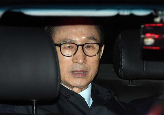 Cựu Tổng thống Lee Myung-bak trên xe ô tô tới nhà giam vào đêm 22/3 (Ảnh: Yonhap)