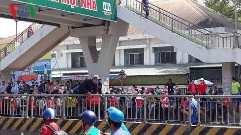 Công nhân  Công ty Pouchen Việt Nam tràn ra QL1K để phản đối cách tính thang bảng lương mới khiến giao thông ùn tắc.
