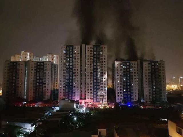 Khoảng 1h30 ngày 23/3, ngọn lửa bất ngờ bùng phát từ tầng hầm giữ xe tại Block A chung cư Carina Plaza (phường 16, quận 8, TPHCM) sau đó lan rộng ra và bùng lên dữ dội. Vụ cháy nghiêm trọng này đã khiến nhiều người chết và bị thương. (Ảnh: Đình Thảo)