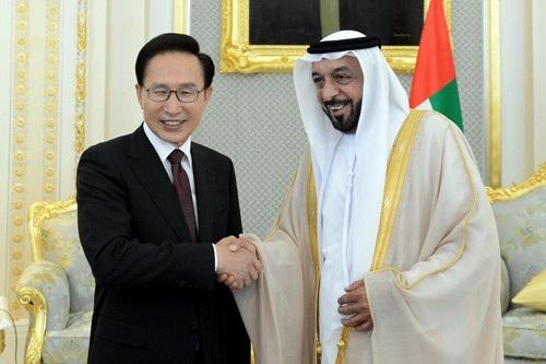 Cựu Tổng thống Lee Myung-bak bắt tay nhà lãnh đạo UAE Sheikh Khalifa bin Zayed Al Nahyan (Ảnh: Korea.net)