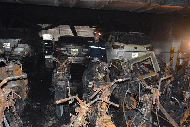 Tại tầng hầm giữ xe block A chung cư Carina Plaza (phường 16, quận 8, TPHCM) nơi xảy ra vụ cháy khiến 13 người tử vong, hàng trăm xe máy, ô tô bị cháy trơ khung... (Ảnh: Đình Thảo)