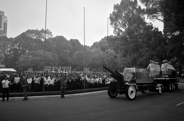 Nhân dân xếp hàng dài, tay cầm những đoá hồng trắng ngậm ngùi tiễn biệt nguyên Thủ tướng Phan Văn Khải về lòng đất mẹ ở quê nhà Củ Chi đất thép thành đồng. (Ảnh: Nguyễn Quang)