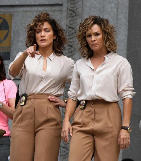 Cùng một bộ trang phục và kiểu tóc, trông Jennifer Lopez và diễn viên đóng thế Vanessa Vander Pluym quả thực giống nhau như hai giọt nước.