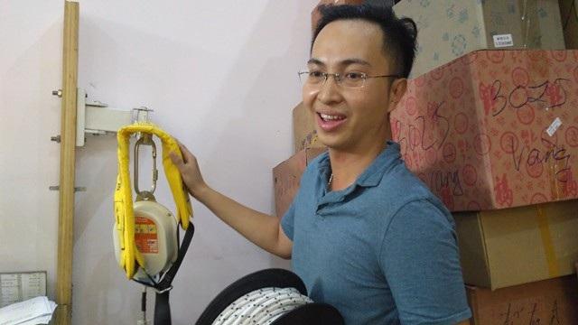 Người dân TP.HCM nháo nhào tìm mua các thiết bị cứu hộ, cứu nạn sau vụ cháy chung cư Carina.
