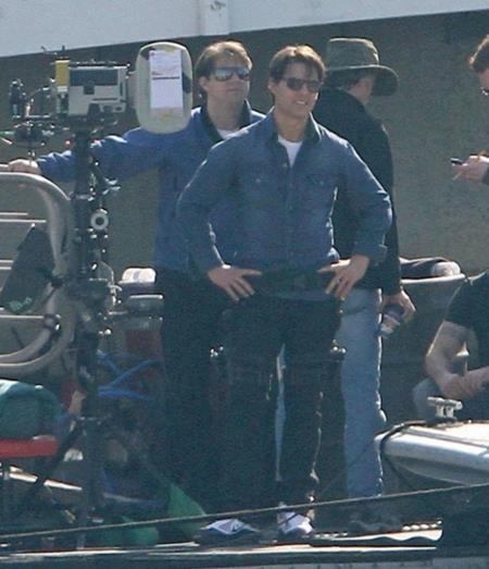 """Nếu nhìn thoáng qua thì ai cũng sẽ giật mình khi thấy có đến hai Tom Cruise trên phim trường """"Knight and Day"""" (2010) nhưng thực chất, đây là hình ảnh của Tom Cruise và người đóng thế Michael McIntyre."""