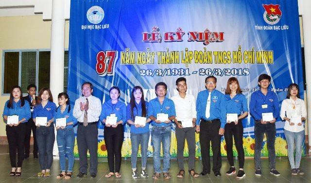 Anh Ngô Vũ Thăng - Bí thư Tỉnh Đoàn Bạc Liêu (thứ 4 từ phải qua) cùng trao học bổng cho sinh viên nhân dịp thành lập Đoàn TNCS Hồ Chí Minh. (Ảnh: Bùi Văn Tưởng - Cổng TT Tỉnh Đoàn Bạc Liêu)