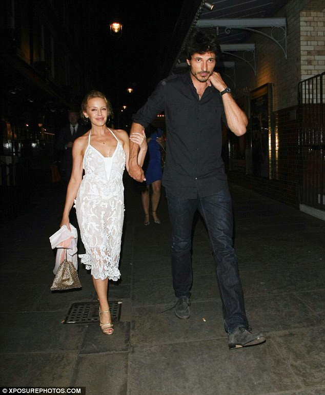 Kylie từng hẹn hò người mẫu Andrés Velencoso từ năm 2008 đến 2013.