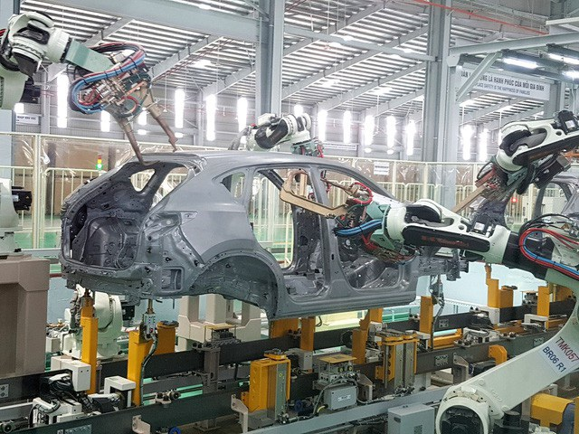Dây chuyền lắp ráp xe của Mazda tại nhà máy mới khánh thành ở Chu Lai - Ảnh Công Bính.