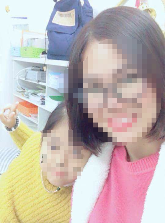 Chị Huyền chụp ảnh cùng con gái 8 tuổi, trước khi xảy ra sự việc.