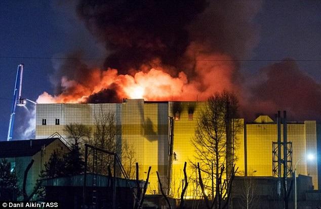Đám cháy bốc lên từ tầng 4 của trung tâm thương mại. (Ảnh: TASS)