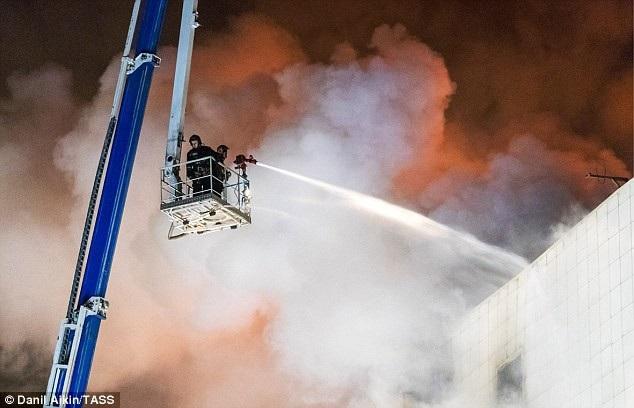 Nhiều người nghi vẫn còn mắc kẹt trong đống đổ nát của vụ hỏa hoạn. (Ảnh: TASS)