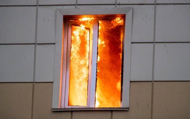 Lửa cháy dữ dội bên trong một căn phòng tại trung tâm thương mại ở Nga (Ảnh: RT)