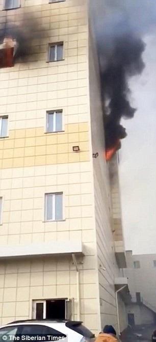 Hiện nguyên nhân dẫn tới vụ cháy chưa được công bố chính thức, song một số nhân chứng đoán rằng đám cháy bắt nguồn từ khu vực sân chơi dành cho trẻ em. (Ảnh: Siberian Times)