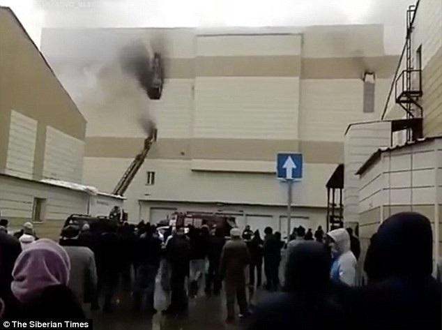 Một quan chức tại Kemerovo cho biết ngọn lửa được cho là bắt nguồn từ đệm lò xo nhào lộn tại sân chơi cho trẻ em sau khi một đứa trẻ mang bật lửa vào khu vực này. Sau đó lửa bắt đầu bùng lên và lan ra các khu vực khác. (Ảnh: Siberian Times)