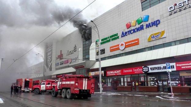 Cột khói đen bốc lên từ bên trong thương mại Winter Cherry tại Nga (Ảnh: AFP)