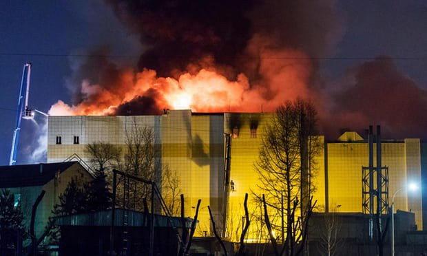 Ngọn lửa bùng lên dữ dội tại trung tâm mua sắm Winter Cherry khi trời chuyển tối (Ảnh: TASS)