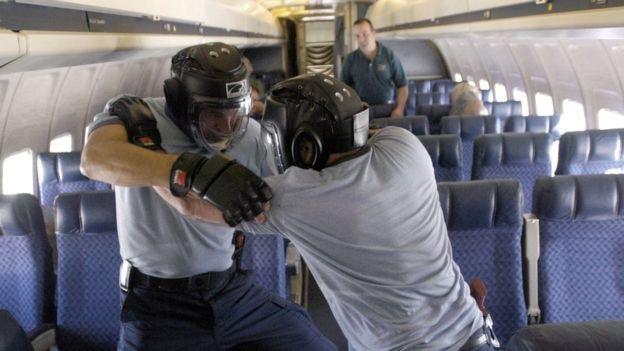 Các phi công diễn tập kỹ năng tác chiến tay không (Ảnh: Getty)