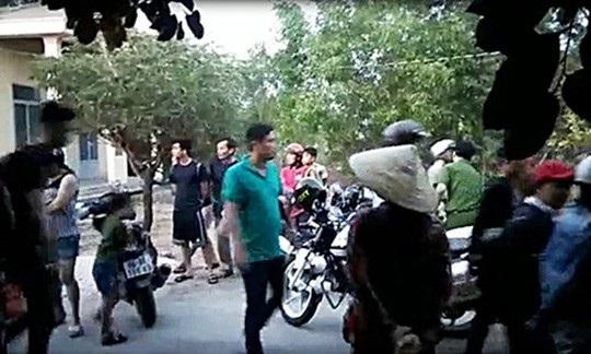 Rất đông người dân xem công an triệt phá sòng xóc đĩa - Ảnh: L.L