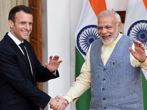 Tổng thống Pháp Emmanuel Macron (trái) bắt tay Thủ tướng Ấn Độ Narendra Modi trong chuyến thăm Ấn Độ hôm 10-3 Ảnh: BUSINESS STANDARD
