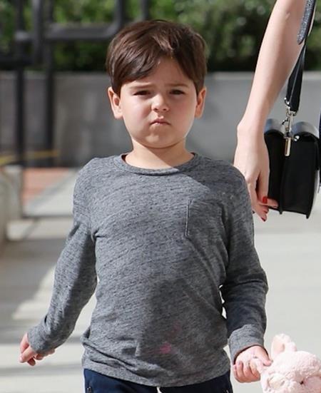 … cậu con trai Flynn Bloom những nét tròn trịa, đáng yêu quá đỗi