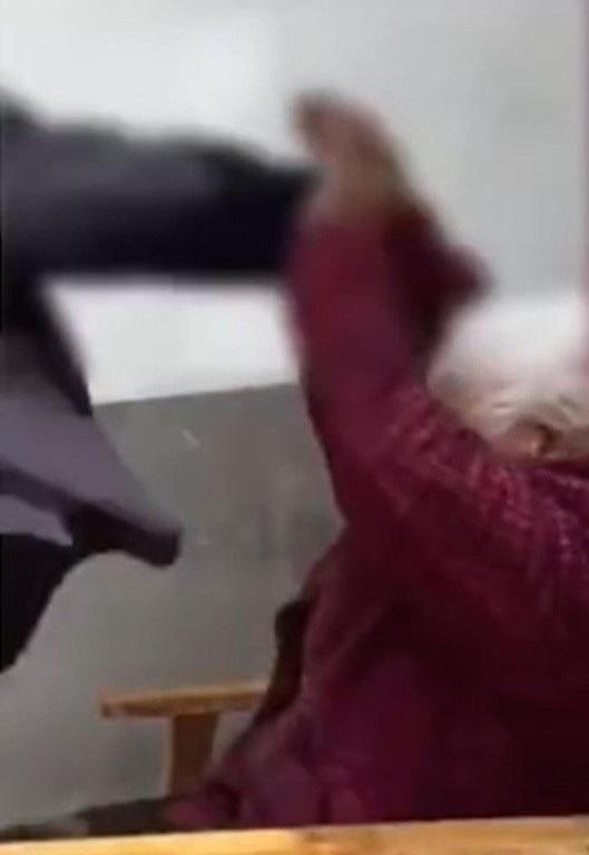 Cụ bà lớn tuổi cố gắng chống lại hành vi bạo lực của con