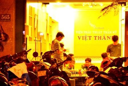 Cơ quan chức năng làm việc tại Thẩm mỹ Việt Thành thời điểm xảy ra vụ việc
